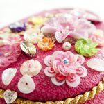 スパンコールを幾重にも重ねた円形のボリュームある花です。周りにも円形の花が刺繍してあります。