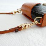 装着する革コードと本体を繋げる金具です。