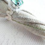 傘の本体に2色の糸を交互にチェーンステッチで刺し、直線の模様を描いています。