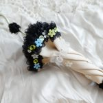 傘の周りをフリルで飾った立体的なブローチです。 本体の所々に小花型スパンコールが刺繍してあります。 傘をひとまとめした部分は、ドロップビーズを飾っています。