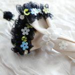 フリルの上に、小花型スパンコールを並べて刺繍しました。ひとまとめにした部分のスモークドロップビーズが可憐で上品です。