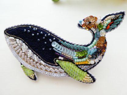 クジラのブローチです。ビーズとスパンコール、モール、リボン刺繍など様々な材料で刺繍してあります。